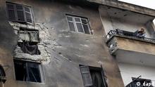 ساختمانی در شهر ادلیب. مخالفان میگویند، ارتش سوریه با زرادخانهای نیرومند، برای حملهای همه جانبه و سراسری به شهر ادلیب آماده میشود.