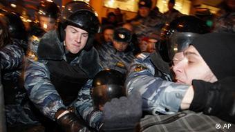 Zusammenstöße zwischen Demonstranten und Sicherheitskräften nach der Präsidentenwahl (Foto: AP/dapd)