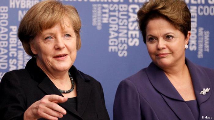 A chanceler alemã Angela Merkel (e) e Dilma durante visita da presidente brasileira a Hannover, em 2012