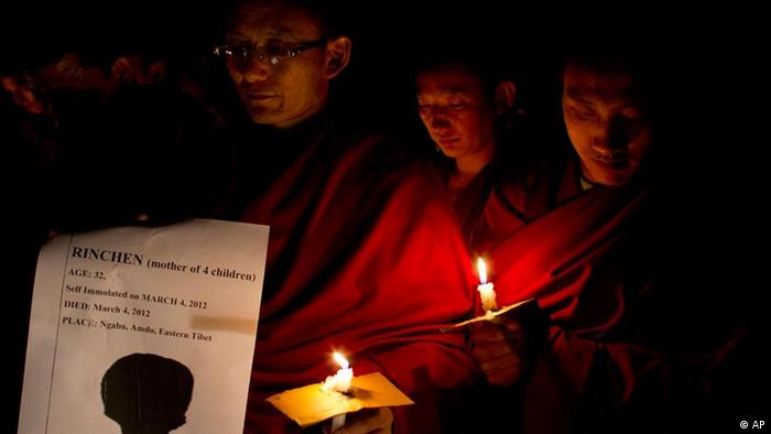 Exiled Tibetan Buddhist monks participate in a candlelit vigil to mourn the death of two Tibetan women who allegedly immolated themselves on March 3rd and 4th in two separate incidents in Tibet, in Dharmsala, India, Monday, March 5, 2012. Chinese repression has led to the self-immolations of many Tibetans and deadly clashes with Chinese authorities. (Foto:Ashwini Bhatia/AP/dapd)