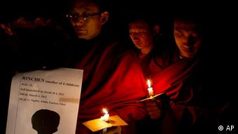 Exiled Tibetan Buddhist monks participate in a candlelit vigil to mourn the death of two Tibetan women who allegedly immolated themselves on March 3rd and 4th in Dharmsala, India. (Photo:Ashwini Bhatia/AP/dapd)