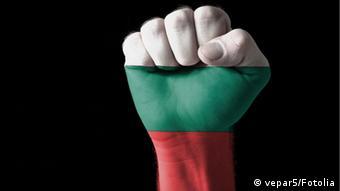 Symbolbild Bulgarien bemalte Faust Flagge