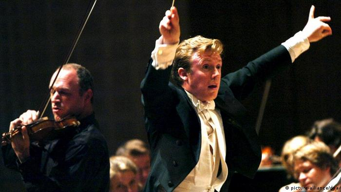 Conductor Daniel Harding and Kolja Blacher, Violin, left, both from Germany, lead the Mahler Chamber Orchestra and the Lucerne Festival Orchestra in the 6th symphony concert during the Lucerne Festival at the KKL Culture and Congress Centre in Lucerne, Switzerland, Friday, August 19, 2005. (KEYSTONE/Sigi Tischler) +++(c) dpa - Report+++