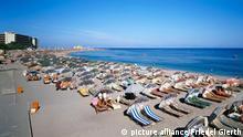 [28443844] Strand in Rhodos-Stadt. Griechenland/ Rhodos - Rhodos-Stadt, Strand, Strandurlauber, Meer der Sonnenschirme picture alliance / Friedel Gierth