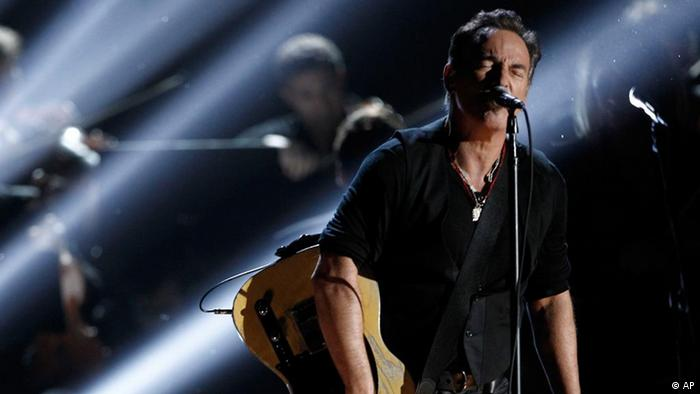 Bruce Springsteen singt in ein Mikrofon