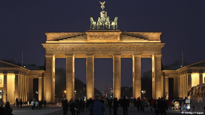 Берлін - найбільший туристичний магніт Німеччини. У 2018 році в місті було зареєстровано майже 33 мільйони ночівель. Бранденбурзькі ворота, пам'ятка національного значення та символ возз'єднання Німеччини, є одним з найпопулярніших місць для відвідування.