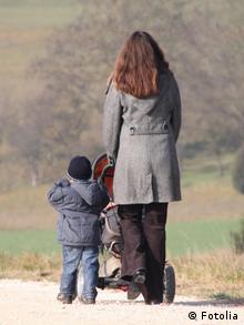 Frau mit Kinderwagen Kind
