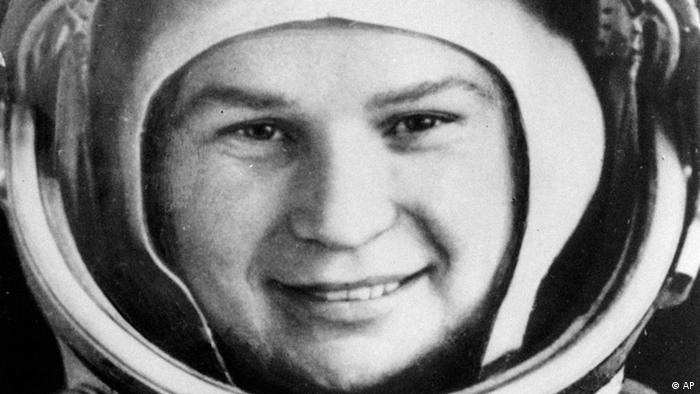 Valentina Tereshkova was launched into orbit June 16, 1963 by the Soviet Union. The 26 year old woman and already orbiting Lt. Col. Valery Bykovsky, who was launched June 14, were expected to attempt to rendezvous in space. (AP Photo/Tass) (Photo für Kalenderblatt)