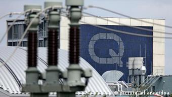 Q-Cell logo behind electicity transformer station Foto: Jan Woitas dpa/lah