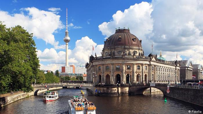 Музейний острів у Берліні Ще один привабливий туристичний об'єкт Берліна - Музейний острів посеред річки Шпрее. На острові розташовано відразу п'ять провідних музеїв. Їхні експозиції розповідають і про доісторичні часи, і про добу античності, тут представлено й мистецтво 19-го століття. Однією з пам'яток світового рівня є відомий бюст єгипетської цариці Нефертіті.