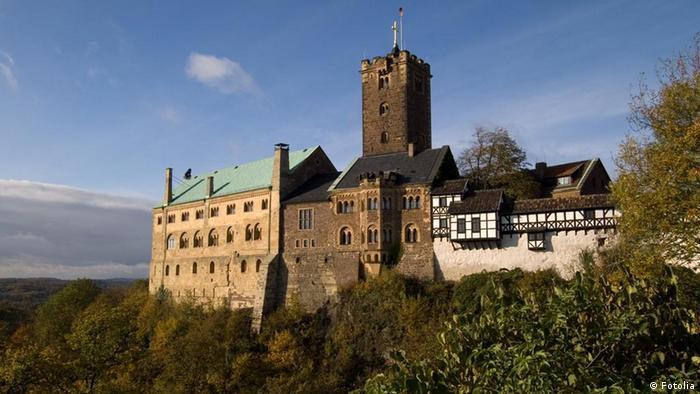 Замок Вартбург У Тюрінгії замок Вартбург височіє над містом Ейзенах. Саме тут Мартін Лютер переклав Новий Завіт на початку XVI століття. За легендою, він був заснований у 1067 році. Легенда про заснування замку стверджує, що коли граф Людвіг Стрибун був на полюванні, він вигукнув Почекай, гора! Ти повинна нести мій замок (німецькою - Wart, der Berg!). Звідси і пішла назва замку.