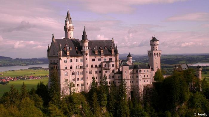Замок Нойшванштайн Баварський король Людвіг II побудував казковий замок неподалік від Фюссена: він шукав спокою та усамотнення, оскільки йому набридла публічність. Лише за кілька тижнів після його смерті в 1886 році замок відкрили для відвідувачів. Відтоді Нойшванштайн став одним з найбільш відомих та відвідуваних замків у Європі.