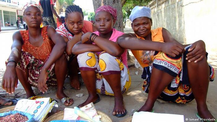 Vendedoras informais numa das avenidas de Nampula, Moçambique