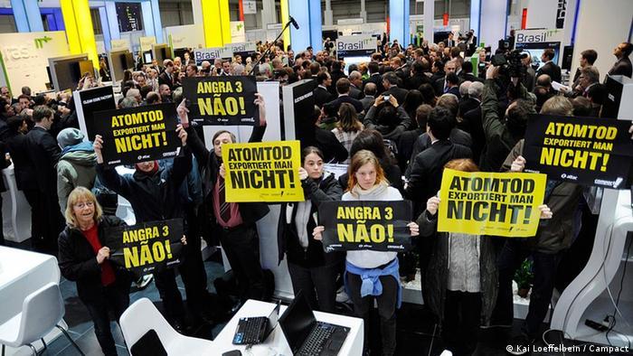 Em 2012, protesto na Alemanha pedia o fim de Angra 3: um ano antes, Merkel decretara o fim da energia nuclear no país