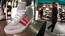 Hamburg/ ARCHIV: Eine Mitarbeiterin geht in Hamburg im Adidas Neo Store an einem ausgestellten Schuh vorbei (Foto vom 01.02.12). Der Sportartikelhersteller adidas veroeffentlicht am Mittwoch (07.03.12) die Zahlen der aktuellen Bilanz. (zu dapd-Text) Foto: Philipp Guelland/dapd