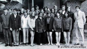 Angela Kasner (baris kedua di tengah) dengan teman Sekolah Lanjutan Atas Politeknik Brandenburg tahun 1971.