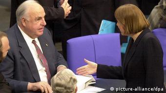 Helmut Kohl (kiri) dan Angela Merkel (kanan), tahun 2000, di parlemen Jerman.