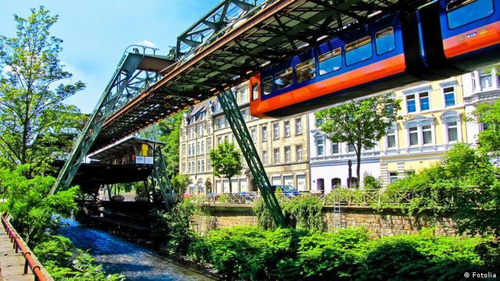 پایههایی که ریل قطار به آنها نصب شده است از ۲۱ متر تا ۳۳ متر ارتفاع دارند. با وجود تلاش مهندسان شرکت MAN که در عرصه فولاد و پل سازی فعال است، برای استانداردسازی تولید پایهها، برخی از آنها فقط برای استفاده در یک محل خاص ساخته میشوند.
