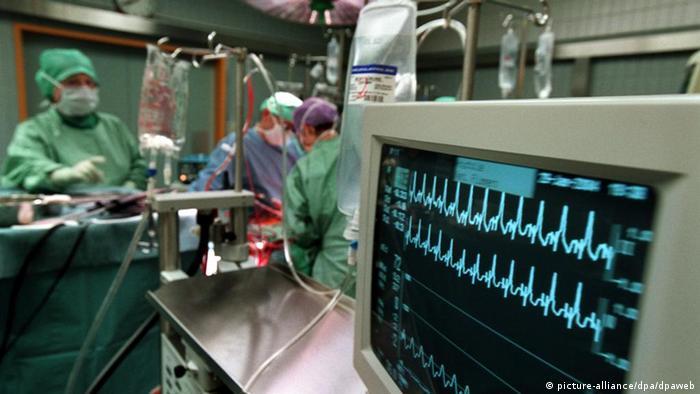 Herztransplantation in der Schweiz Die Ärzte verfolgen am 29. Januar 2004 im Inselspital in einem Operationssaal die Lebensfunktionen ihres Patienten auf dem Elektrokardiogramm. Nach der Transplantation muss das Spenderherz seine Funktion wieder aufnehmen. Foto: Gaetan Bally +++(c) dpa - Report+++