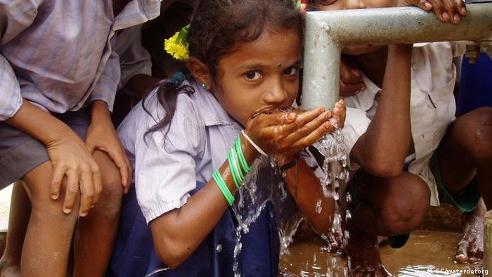 Bildergalerie Das Recht auf sauberes Wasser Mädchen trinkt frisch gepumptes Wasser