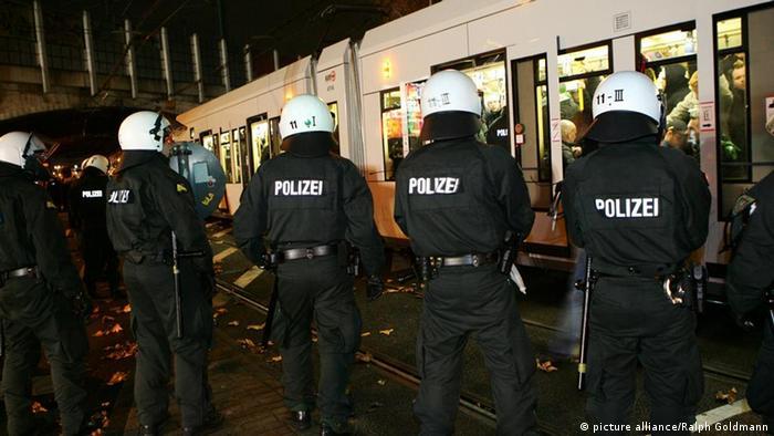 Polizeiaufgebot beim Derby Köln gegen Gladbach (Foto: Ralph Goldmann)