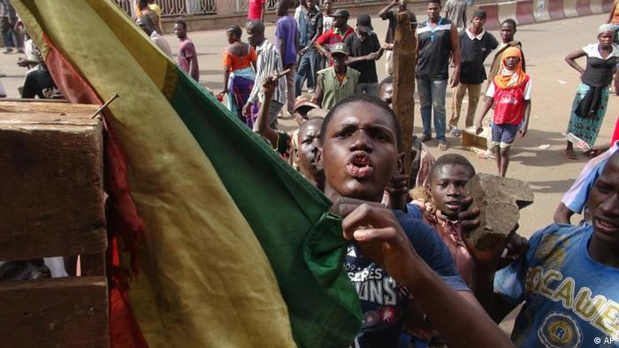 Youths protest in front of national television headquarters in Bamako, Mali Thursday, Feb. 2, 2012. Protestors surrounded the palace of Mali's president on Thursday, angry about the government's handling of attacks by Tuareg rebels in the country's north. Protests entered a fourth day Thursday, with demonstrators blocking the streets of the capital, Bamako. (Foto:Moustapha Diallo/AP/dapd)