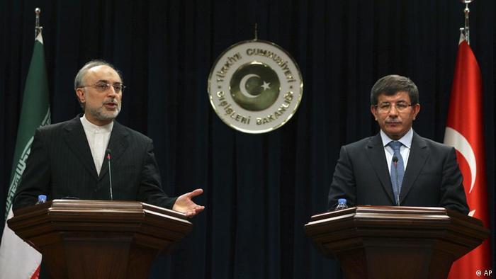 احمد داوداغلو و علیاکبر صالحی وزیران خارجه ترکیه و ایران. برگزاری مذاکرات اتمی در استانبول هنوز قطعی نیست.