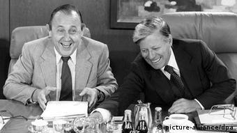 Hans-Dietrich Genscher mit Helmut Schmidt (picture-alliance/dpa)
