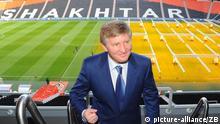 Der ukrainische Unternehmer Rinat Akhmetov, (Rinat Akhmetov, Rinat Leonidowytsch Achmetow, Rinat Achmetow ) Besitzer des Ukrainischen Fußballclubs Schachtar Donezk, posiert am 12.12.2011 in Donezk in der Ukraine in seinem Stadion Donbas Arena. Foto: Jens Kalaene