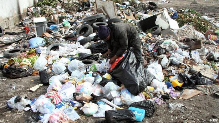 Müllsucher auf einer Müllhalde in Tunesien Place and Date: Tunis, Dec 2011 Copyright / Photographer: DW-Korrespondent Taieb Kadri