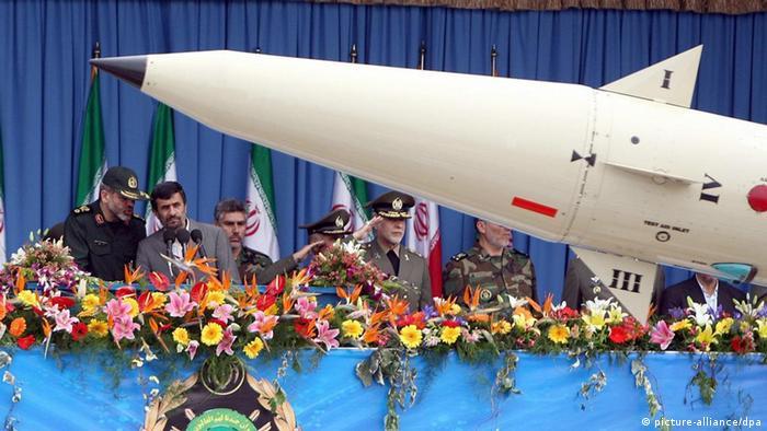 ARCHIV - Archivfoto vom 18.04.2010 zeigt den (2.v.l) iranischen Präsidenten Mahmud Ahmadinedschad  gemeinsam mit Verteidigungsminister Ahmad Wahidi (l) hinter einer Rakete bei einer Parade zum Tag der Armee. Iran verfügt nach Einschätzung von CIA-Chef Leon Panetta über genügend niedrig angereichertes Uran für zwei Atombomben. Sollte es das Regime in Teheran darauf anlegen, könnten diese Nuklearwaffen 2012 einsatzbereit sein, sagte Panetta am Sonntag (27.06.2010) dem Sender ABC. In einer ersten Reaktion betonte Russlands Präsident Medwedew, dass dies genau überprüft werden müsse.  EPA/ABEDIN TAHERKENAREH  +++(c) dpa - Bildfunk+++