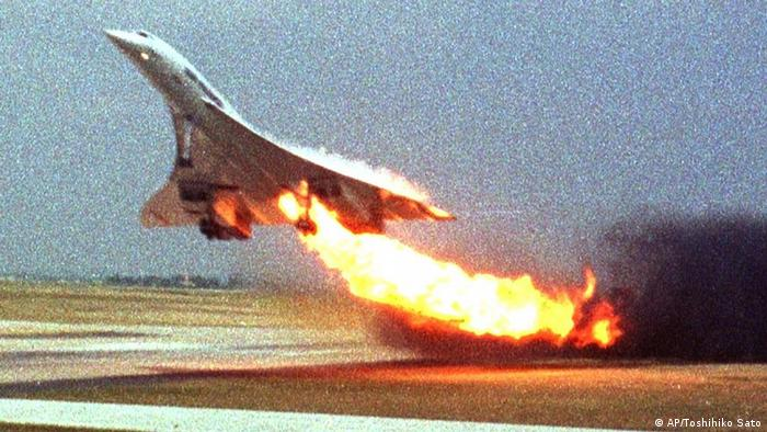 Air France Concorde flight 4590 takes off with fire trailing from its engine on the left wing from Charles de Gaulle airport in Paris, in this July 25, 2000 file photo. (Photo by Toshihiko Sato, via AP)