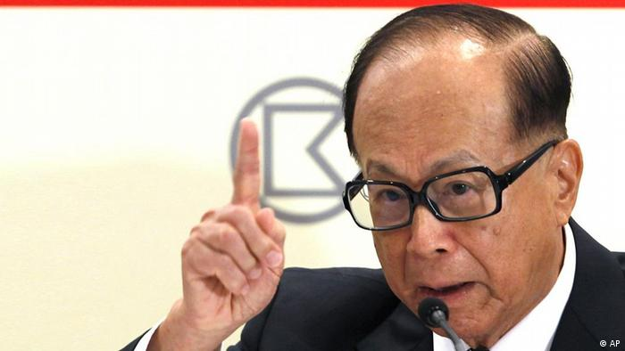 Hong Kong billionaire Li Ka-shing, chairman of Hutchison Whampoa Ltd., males a point during a press conference to announce the company's results in Hong Kong Thursday, Aug. 4, 2011. Hutchison Whampoa has posted a sevenfold increase in first half profit following the sale of its ports unit in the form of a listed business trust in Singapore. (ddp images/AP Photo/Vincent Yu)