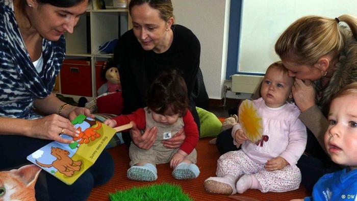 Kleinkinder mit ihren Müttern im Englischkurs Bild: Bianca Von der Au 03/2012 VERWENDUNG NUR FÜR DEN ARTIKEL Englisch lernen ab 3 Monaten