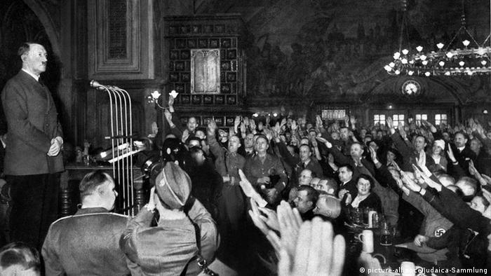 Гитлер выступает перед своими сторонниками в Мюнхене. 1933 год