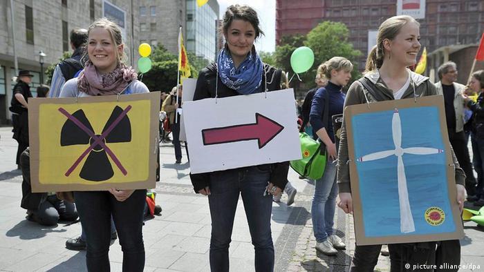 Drei Demonstrantinnen bei einer Anti-Atomkraft-Demo.