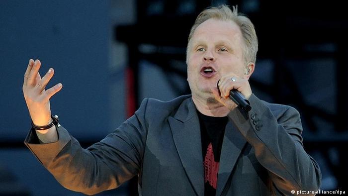 Herbert Grönemeyer singing on a stage (picture-alliance/dpa)