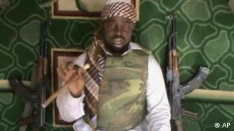 Videoausschnitt zeigt Boko-Haram-Führer Imam Abubakar Shekau mit Maschinengewehren(AP Photo).