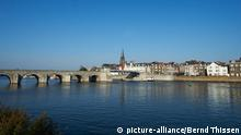 Die Maaspromenade mit der St. Servatius Brücke in der niederländischen Stadt Maastricht, aufgenommen am Montag (03.10.2011). Maastricht will im Jahr 2018 Kulturhauptstadt Europas werden. Foto: Bernd Thissen dpa