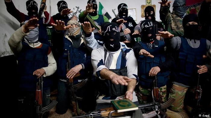 Syrien Freie Syrische Armee Soldaten schwören auf dem Koran in Idlib