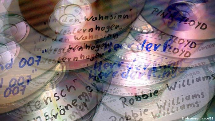 Das am Computer bearbeitete Foto zeigt symbolhaft übereinanderkopierte CDs mit den Aufschriften von bekannten Musikern.