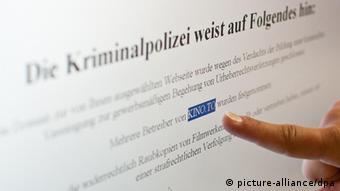 ARCHIV - Ein Finger zeigt am 08.06.2011 in Berlin auf einen Hinweis auf der Internetseite www.Kino.to. Anfang Juni sperrten Fahnder die Film-Plattform kino.to, durchsuchten Wohnungen, Büros und Rechenzentren. Nun wurden sie auch auf Konten fündig, die sie führenden Mitarbeitern des illegalen Internetportals zuordnen. Ein Leipziger gilt als Kopf der Bande. Foto: Tobias Kleinschmidt dpa +++(c) dpa - Bildfunk+++