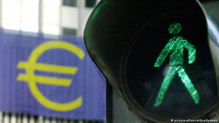 Green light for the Euro in Germany's financial stronghold of Frankfurt 13 November. The looming changeover to euro banknotes and coins across the 12-nation euro zone on January 1, 2002, has left US investors uninspired and blase, expecting the event to have little impact on the curency's fundamentals. US analysts said there may be potential for some temporary disruption in economic activity in the euro area related to the switchover, which could hit the euro's foreign exchange value, but this would be unlikely to last beyond a few days. dpa