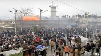 Demonstranten vor US-Militärstützpunkt Bagram (Foto: AP)