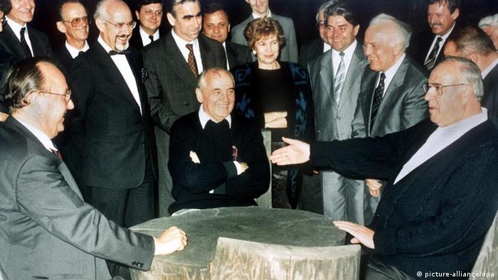 Deutsche Einheit Geschichte Gorbatschow mit Kohl und Genscher