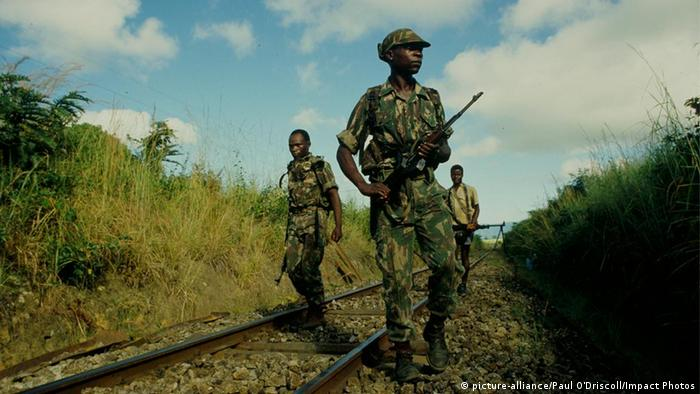Soldados zimbabueanos patrulham a linha ferroviária do Corredor da Beira durante a guerra civil (foto de 1987)