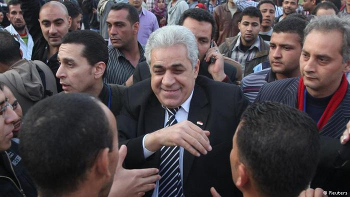 Hamdeen Sabahi (C), meets with supporters during his presidential campaign tour