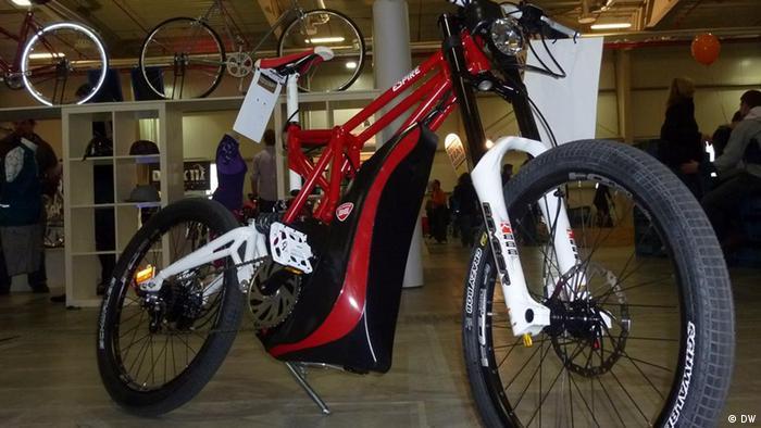 Ein rotes Elektro-Mountainbike in einem Fahrradgeschäft.