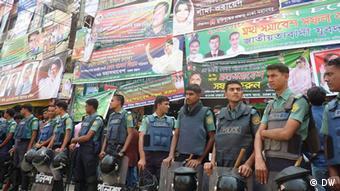 Polizisten vor dem Sitz der Nationalistischen Partei BNP in Dhaka