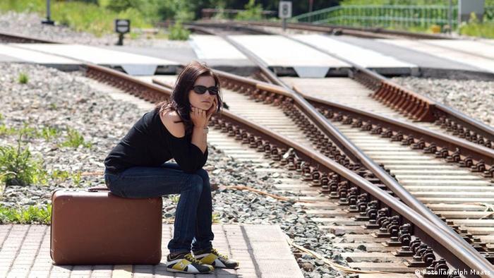 Symbolbild Warten am Bahnsteig